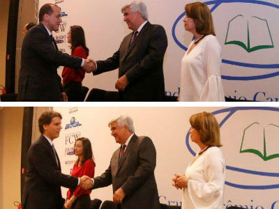 Raphael Tavares e Fabio Passeti recebem os cumprimentos do presidente da Capes, Abilio Baeta, durante a cerimônia de premiação. Foto:Capes/MEC