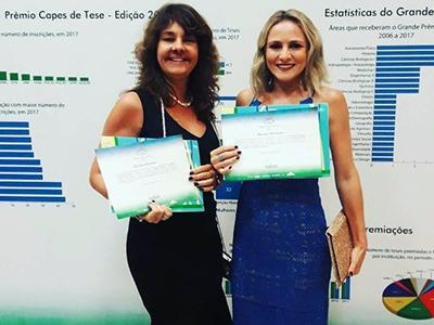 A orientadora Nazaré Soeiro (à esquerda) e a recém-doutora Francisca Hildemagna, autora de tese reconhecida com menção honrosa. Acervo pessoal